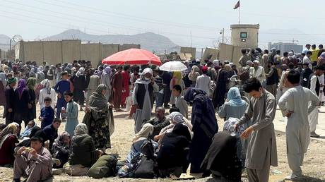 People wait outside the Hamid Karzai International Airport in Kabul, Afghanistan, August 17, 2021. © Stringer / Reuters