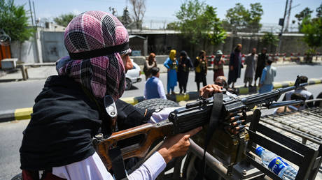 A Taliban fighter mans a machinegun on top of a vehicle as they patrol along a street in Kabul on August 16, 2021. © AFP / Wakil Kohsar