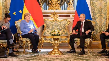 Russian President Vladimir Putin receives German Chancellor Angela Merkel at the Kremlin in Moscow, Russia August 20, 2021. © Reuters / Guido Bergmann