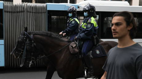 FILE PHOTO: Mounted police patrol Sydney city centre to prevent gathering of anti-lockdown protesters, July 31, 2021. © Reuters / Loren Elliott