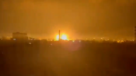 Israeli airstrikes & heavy blasts hit Gaza after border clashes with IDF troops (VIDEOS)