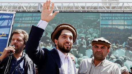 FILE PHOTO: Ahmad Massoud waves as he arrives to attend a gathering in Bazarak, Panjshir province, Afghanistan, September 5, 2019 © Reuters / Mohammad Ismail