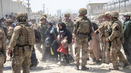 Members of the British and US Armed Forces working at Kabul Airport on August 21, 2021. © AFP / MOD