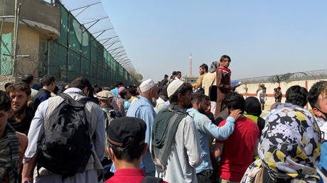Crowds of people gather outside the airport in Kabul, Afghanistan (FILE PHOTO) © ASVAKA NEWS via REUTERS