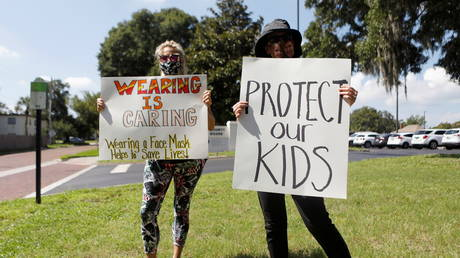 Supporters of wearing masks in schools protest before the special called school board workshop at the Pinellas County Schools Administration Building in Largo, Florida, U.S., August 9, 2021. © REUTERS/Octavio Jones