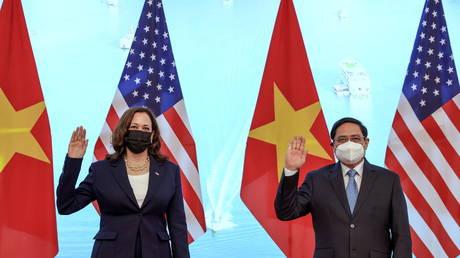 US Vice President Kamala Harris and Vietnamese Prime Minister Pham Minh Chinh in Hanoi, Vietnam, August 25, 2021. © Evelyn Hockstein/Reuters