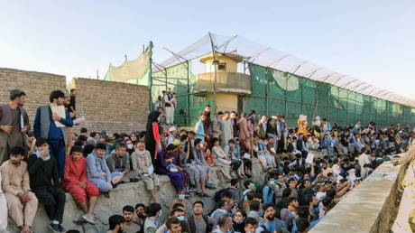 Crowds of people wait outside the airport in Kabul, Afghanistan (FILE PHOTO) © Twitter/DAVID_MARTINON via REUTERS