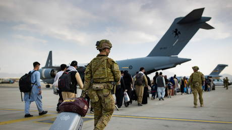 A Royal Australian Air Force plane loads passengers during an evacuation from Kabul, Afghanistan, August 22, 2021. © Sgt. Glen McCarthy/Australia's Department of Defence/Reuters