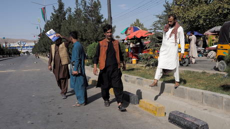 FILE PHOTO: People walk on the street leading to the airport's Abbey gate where a blast occurred two days earlier, in Kabul, Afghanistan August 28, 2021. © REUTER/Stringer