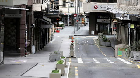 FILE PHOTO: The normally bustling High Street in Auckland being largely deserted during the lockdown. © Reuters / Fiona Goodall