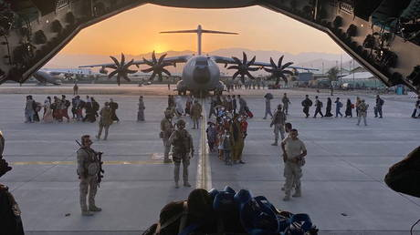 Afghan collaborators, their families, Spanish soldiers and members of the embassy board a Spanish military plane as part of their evacuation, at the Hamid Karzai International Airport in Kabul, Afghanistan, August 27, 2021. © Reuters / Ministry of Defense of Spain