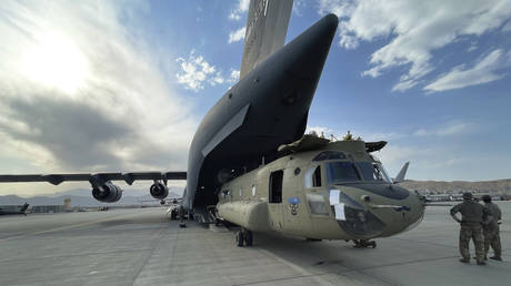 CH-47 Chinook from the 82nd Combat Aviation Brigade, 82nd Airborne Division is loaded onto a U.S. Air Force C-17 Globemaster III at Hamid Karzai International Airport in Kabul, Afghanistan, Aug, 28, 2021. © AP Photo / Department of Defense