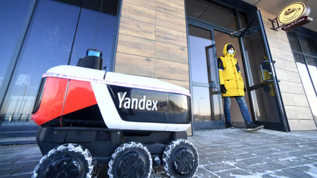 An unmanned robot food delivery courier operated by Yandex is seen in front of a restaurant in the Republic of Tatarstan, Russia. © Sputnik