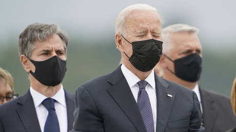 Joe Biden pauses with Secretary of State Antony Blinken as the remains of fallen US troops arrive at Dover Air Force Base, Delaware © AP Photo / Carolyn Kaster