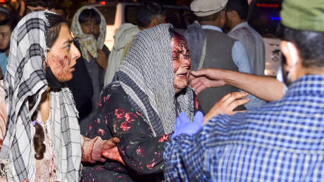 Wounded women arrive at a hospital for treatment after two blasts, which killed at least five and wounded a dozen, outside the airport in Kabul on August 26, 2021. © Wakil KOHSAR / AFP