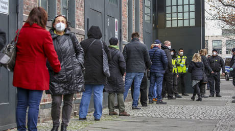 People queueing up to receive the covid-19 vaccine outside the vaccination center Arena Berlin, on the first day of the nationwide launch of Covid-19 vaccinations during the second wave of the coronavirus pandemic on December 27, 2020 in Berlin, Germany. © Omer Messinger/Getty Images