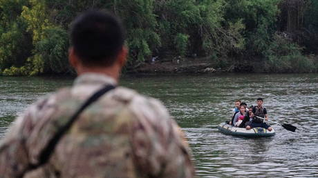 FILE PHOTO. A member of US National Guard looks at migrant families crossing the Rio Grande, in Texas. ©REUTERS / Go Nakamura