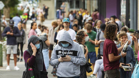 People are seen lining up at Centrelink in Bondi Junction on March 23, 2020 in Sydney, Australia. © Jenny Evans/Getty Images