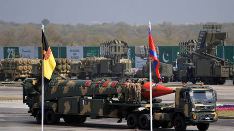 Pakistani military personnel stand beside a Ghauri nuclear-capable missile during a Pakistan Day military parade in Islamabad on March 23, 2017. © AAMIR QURESHI / AFP
