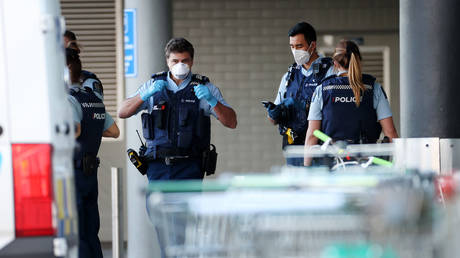 Police at Countdown Lynn Mall in Auckland, New Zealand. © Fiona Goodall/Getty Images