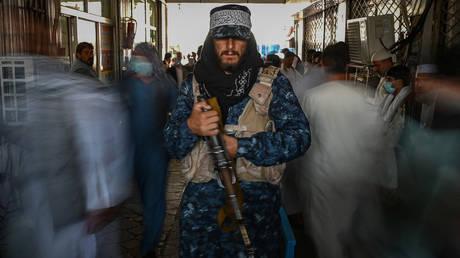 A Taliban fighter guards a market in Kabul, Afghanistan, September 5, 2021. © Aamir Qureshi/AFP