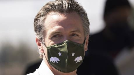 """Gavin Newsom wears a California state themed face mask at a """"Stop the Republican Recall"""" rally in Los Angeles, California, September 4, 2021 © AFP / David McNew"""