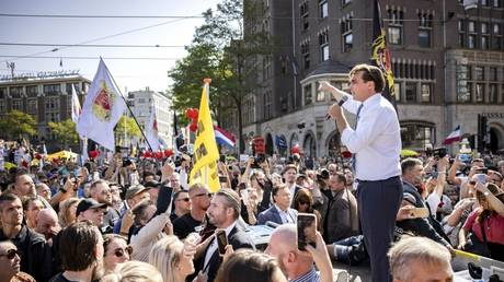 Dutch politician Thierry Baudet addresses protesters at Dam Square in Amsterdam, The Netherlands, September 5, 2021 © AFP / Ramon van Flymen