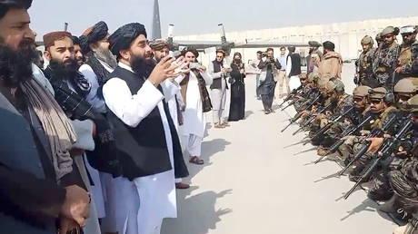 FILE PHOTO: Taliban spokesman Zabihullah Mujahid speaks to the group's elite Badri 313 military unit at Kabul's airport. © Reuters / Taliban
