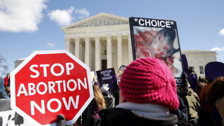 FILE PHOTO: Supporters of the Texas abortion law demonstrate in front of the U.S. Supreme Court in Washington March 2, 2016. © REUTERS/Kevin Lamarque