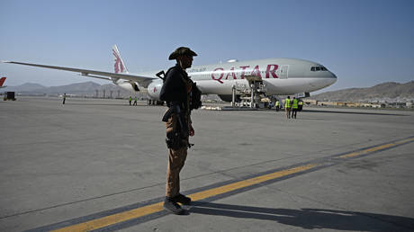 A Qatari security personnel stands guard near a Qatar Airways aircraft at the airport in Kabul on September 9, 2021. © Wakil Kohsar / AFP