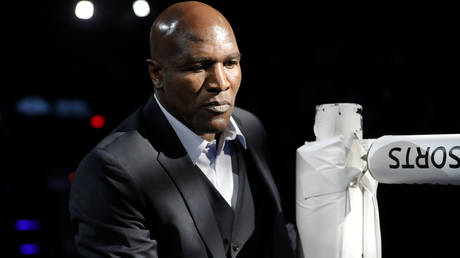 Evander Holyfield is about to step back into a boxing ring © Steve Marcus / Reuters