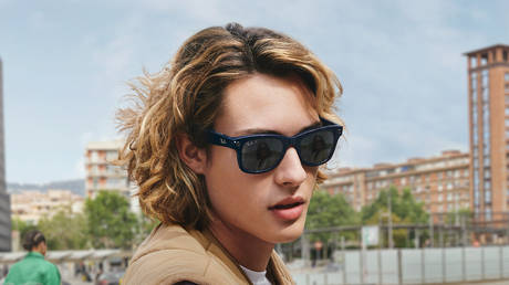 This undated image recived by AFP on Septemner 8, 2021, courtesy of Ray-Ban and Facebook, shows a model wearing smart glasses by Facebook and Ray Ban. © Handout / Ray-Ban and Facebook / AFP