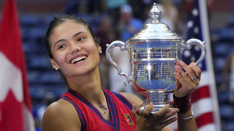 Britain's Emma Raducanu celebrates with the trophy after winning the 2021 US Open Tennis tournament women's final match against Canada's Leylah Fernandez at the USTA Billie Jean King National Tennis Center in New York, on September 11, 2021. © AFP / TIMOTHY A. CLARY