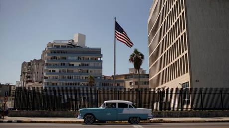 A car passes by the US Embassy in Havana, Cuba, March 2, 2021 © Reuters / Alexandre Meneghini