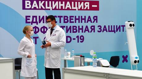 """FILE PHOTO. The chief doctor of the State Medical Institution """"KDP No. 121 DZM"""" Andrey Tyazhelnikov at the vaccination center for CAVID-19 in Gostiny Dvor in Moscow. © RIA / Alexey Maishev"""