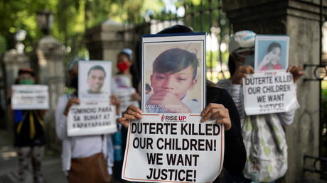 Relatives of drug war victims hold photographs of their slain loved ones with placards calling for justice, during a protest in Manila, Philippines, (FILE PHOTO) © REUTERS/Eloisa Lopez