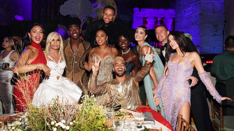 (L-R) Eiza Gonzalez, Donatella Versace, Lil Nas X, Stephen Curry, Ayesha Curry, Lupita Nyong'o, Maluma, Taylor Hill, Channing Tatum, and Zoey Deutch attend the The 2021 Met Gala Celebrating In America. © Getty Images / Kevin Mazur
