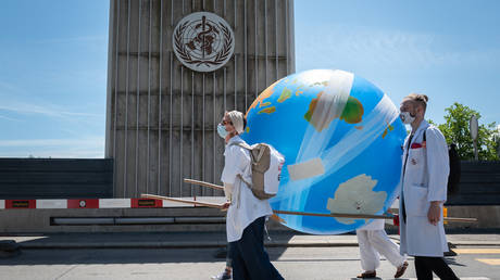 Doctors for Extinction Rebellion during a march towards the WHO headquarters © Fabrice COFFRINI / AFP