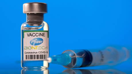 FILE PHOTO: A vial labelled with the Pfizer-BioNTech coronavirus disease (COVID-19) vaccine is seen in this illustration picture taken March 19, 2021 © Reuters / Dado Ruvic