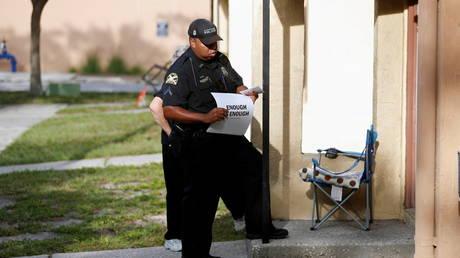 Police going door to door in south Florida to encourage vaccination uptake © Reuters / Octavio Jones