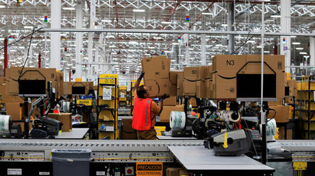 An employee is seen at the new Amazon warehouse during its opening announcement on the outskirts of Mexico City, Mexico July 30, 2019. Picture taken July 30, 2019. © REUTERS/Carlos Jasso