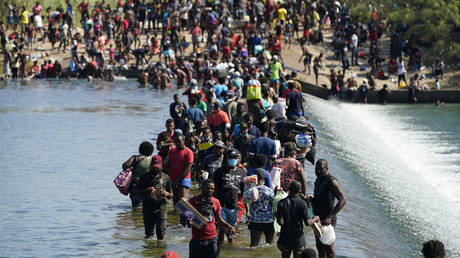 Haitian migrants use a dam to cross to the US from Mexico. Del Rio, Texas, September 17, 2021.