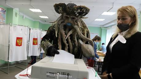 """A man dressed as """"The Pirates of the Caribbean"""" character Davy Jones cast his ballot in Russia's parliamentary election in Kamchatka. © kamgov.ru"""