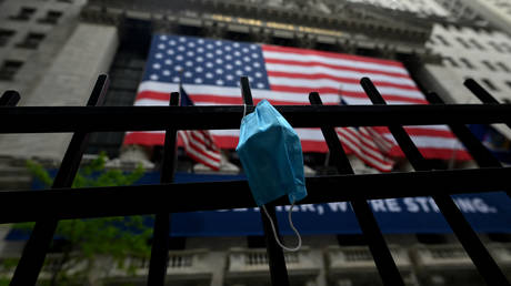 A face mask is seen in front of the New York Stock Exchange (NYSE) on May 26, 2020 at Wall Street in New York City. © Johannes EISELE / AFP
