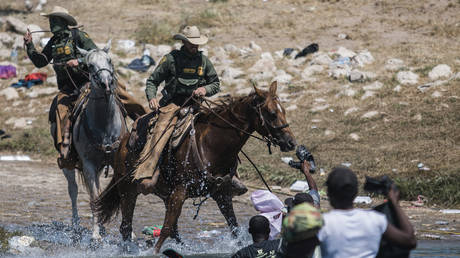 U.S. Customs and Border Protection mounted officers attempt to contain migrants as they cross the Rio Grande from Ciudad Acuña, Mexico, into Del Rio, Texas, Sunday, Sept. 19, 2021. © AP Photo/Felix Marquez