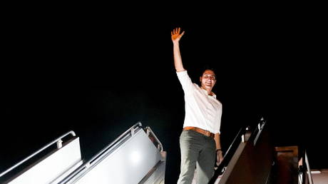 Canada's Liberal Prime Minister Justin Trudeau waves as he boards his campaign plane, in Vancouver, British Columbia, Canada September 20, 2021. © REUTERS/Carlos Osorio