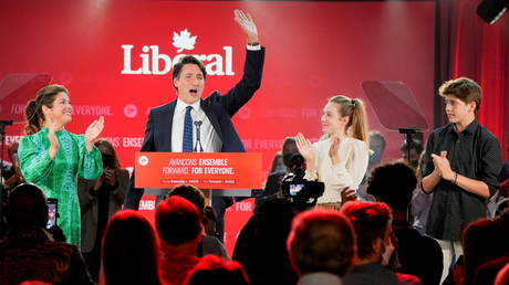 Canada's Liberal Prime Minister Justin Trudeau, accompanied by his family waves to supporters during the Liberal election night party in Montreal. © Reuters / Carlos Osorio