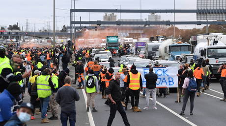 Construction workers protest on the West Gate Freeway in Melbourne. ©AAP Image / James Ross via REUTERS