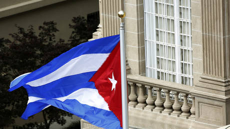 FILE PHOTO: The Cuban flag flies at the Cuban Embassy reopening ceremony in Washington, July 20, 2015.© Reuters/Gary Cameron