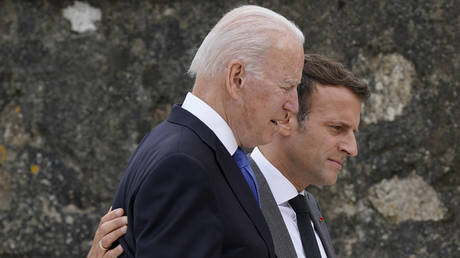 US President Joe Biden (L) talks with France's President Emmanuel Macron. © AFP / Patrick Semansky